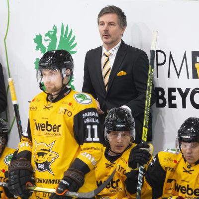 Tero Lehterä tittar på spelet i spelar båset.