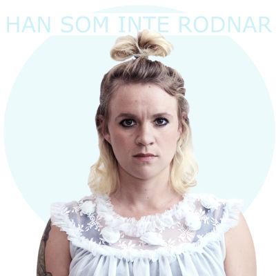 """Halv närbild på Frida Lindholm med texten """"Han som inte rodnar"""""""