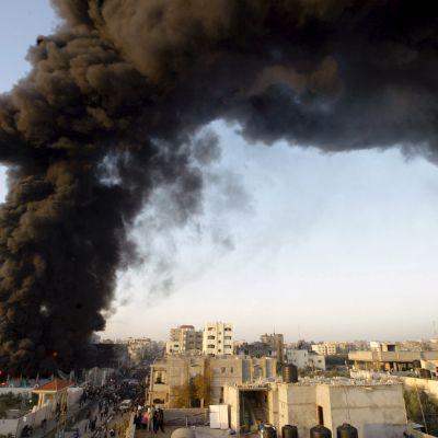 Rökmoln efter flygräd i Gaza