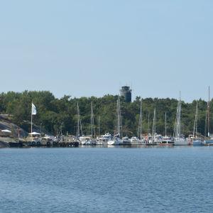 Örö gästhamn på avstånd med segelbåtar i hamn.