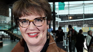 Silmälasipäinen toimittaja Lisa Enckell Musiikkitalossa Helsingissä