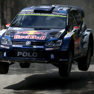 Jari-Matti Latvala rattar sin bil mot seger i Jyväskylä 2015.