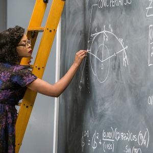 Katherine Johnson hänger på en stege och utför en komplicerad uträkning på svarta tavlan.