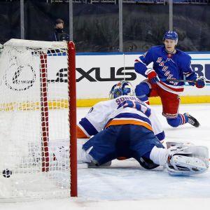 New York Rangers Kaapo Kakko gör ett snyggt mål på New York Islanders målvakt Ilja Sorokin.
