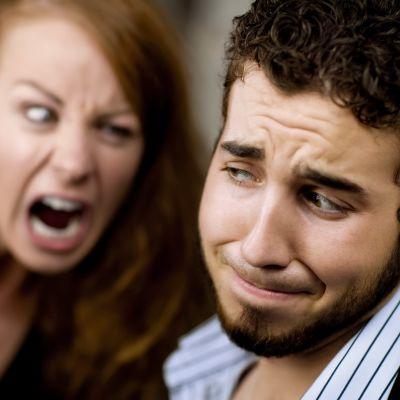 Berusad kvinna skriker åt man som ser illa berörd ut