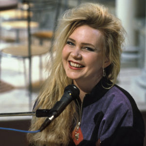 Täysi kuu -ohjelman musiikista vastannut Leena Pirhonen hymyilee.