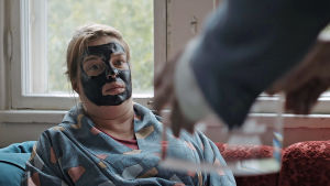 Kuvassa Elina Knihtilä mutanaamio kasvoillaan lyhytelokuvan päähenkilönä.