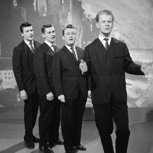 Laulukvartetti Four Cats esiintyy Iskelmäkarusellissa. Pentti Lasanen, Kai Ruohonen, Esa Laukka, Kai Lind.