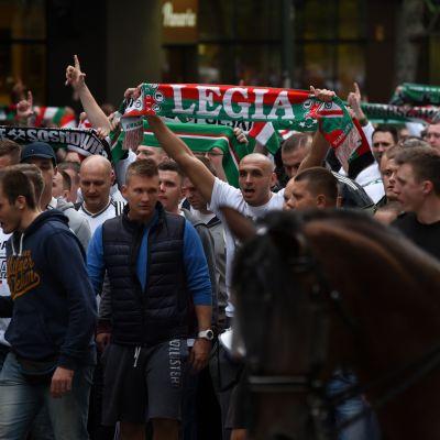 Legia Varsovan kannattajia