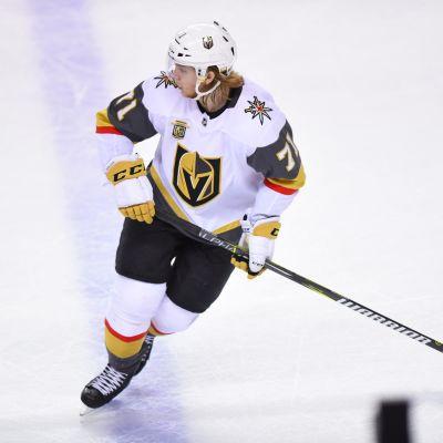 William Karlsson luistelee jäällä.