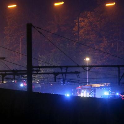 Räddningsarbetare jobbade genom natten för att få ut passagerare från olyckstågen