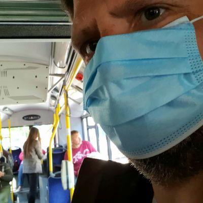 Ansiktsskydd i en buss i Riga i Lettland.