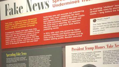 Avdelningen för fake news är flitigt besökt på Newseum. Här en kvkinna frmaför bilden på Donald Trump.