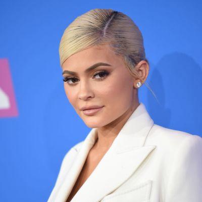 Kylie Jenner poserar framför kameran.
