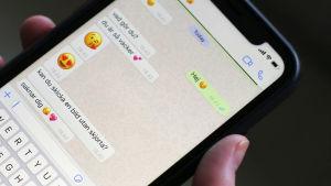 Meddelanden med sexuella undertoner på en telefon.