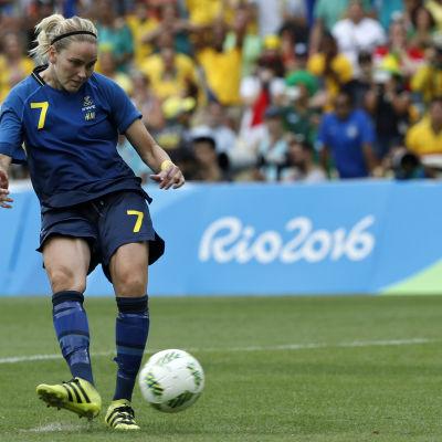 Lisa Dahlkvist slår straffen och sekunden senare är Sverige klar för OS-final.