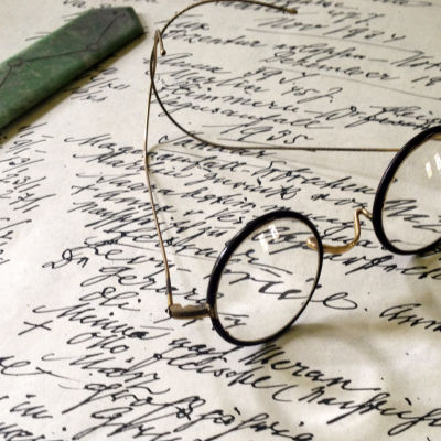 Sigmund Freudin silmälasit. © Oxford Film & Television