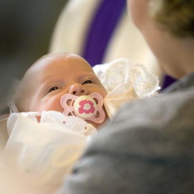 Spädbarn vid dopceremoni