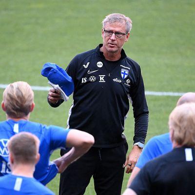 Markku Kanerva insturerar spelare.