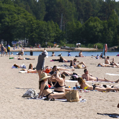 Människor solar på stranden i Solvik.