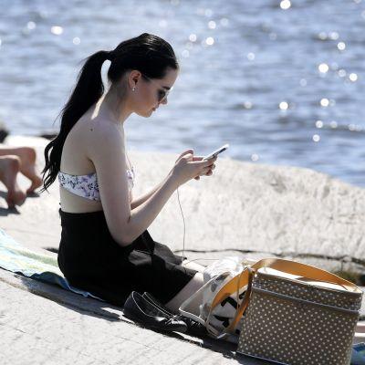 Solbad på klippor i Eira, Helsingfors