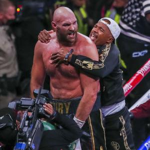 Tyson Fury jublar efter segern över Deontay Wilder.