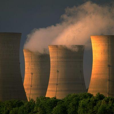 Kuvassa on ydinvoimalan ppiippuja, jotka tupruttavat höyryä.