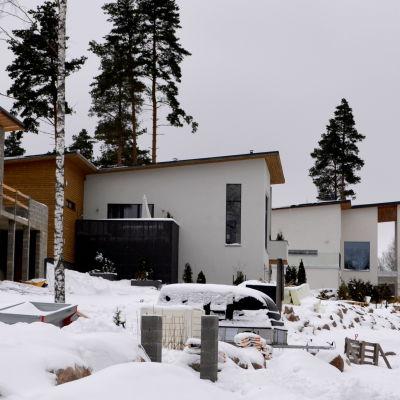 tre nybyggda hus i en backe