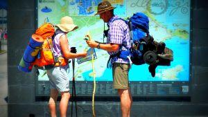 Kaksi pyhiinvaeltajaa lukee kartaa