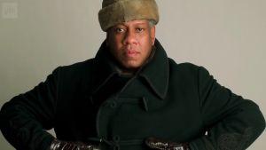 André Leon Talley poseeraa talvivaatteissa. Kuva dokumenttielokuvasta.