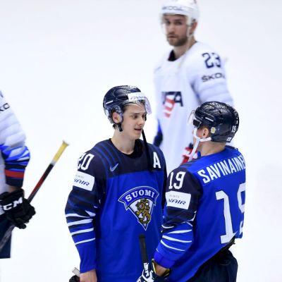 Sebastian Aho och Veli-Matti Savinainen samtalar efter segern över USA i ishockey-VM 2018.