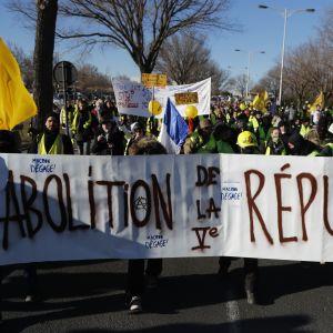 Gula västarna demonstrerar i Frankrike