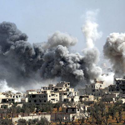 Den syriska militären bombar Dhouma  7.4.2018.