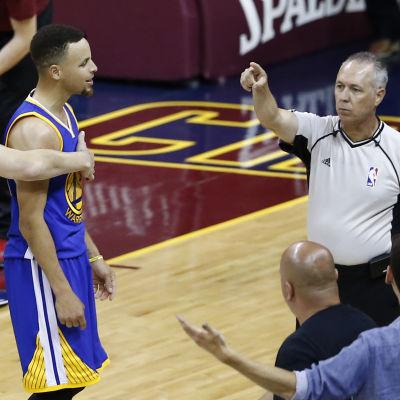 Golden States Stephen Curry protsterar efter att ha fått sitt sjätte foul i finalen mot Cleveland.