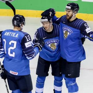 Finlands spelare firar ett mål.