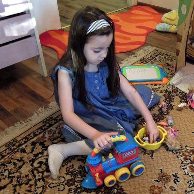 Pian 6-vuotias Rimas leikkii kotona sillä aikaa, kun kaksi isosiskoa on koulussa.