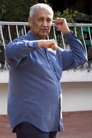 """Det pakistanska kärnvapnets """"fader"""" AQ Khan sålde kärnvapenteknologi bl.a till Nordkorea. Här har han släppts från långvarig husarrest år 2009 i Pakistan"""