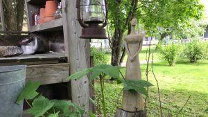 En trädgårdsskulptur föreställande en kvinna.