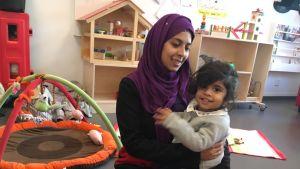 Mumtaz Fatima med sin dotter i famnen.