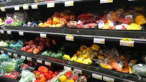 Grönsaker i plastförpackning till försäljning i ett snabbköp