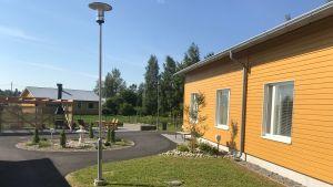 På innergården vid Attendos servicehem kan det bli hett när solen gassar på