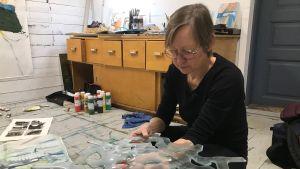 Pia Rousku förevisar ett konstverk i glas