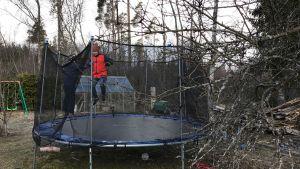 Alfred och William Grönlund hoppar på studsmattan.
