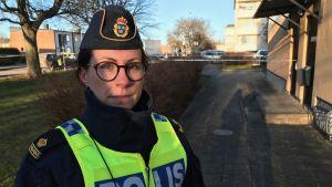 Polisen Åsa Willsund står framför ett avspärrat område.
