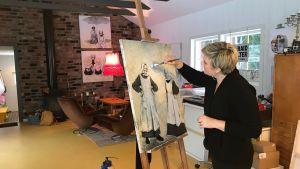 Camilla Forsén-Ström målar tavla i hennes ateljé.