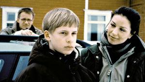 Antti Virmavirta (Olli-isä), Konsta Hietanen (Tomi) ja Kristiina Halttu ( Helena) Poika ja ilves -elokuvassa.