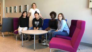 Eleverna sittandes på stolar i gymansiets aula.
