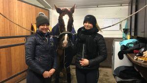Anna von Wendt och Bertta Timmerbacka med hästen Danny mellan sig