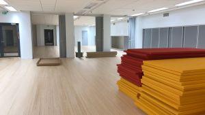 en motionssal med röda och gula mattor