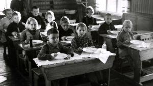 Lapsia kouluruokailussa, Luhanka, n. vuonna 1940.